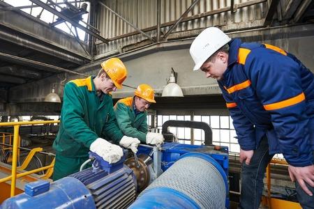ingeniero industrial: trabajadores de la industria con la llave inglesa en el taller de construcción de la fábrica