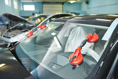 갈라진 금: 자동차 주유소 차고에서 자동차 자동차 앞 유리 또는 바람막이 서비스 개념