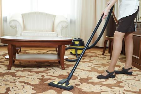 personal de limpieza: El servicio del hotel. trabajador de limpieza femenino aspiradora en ambientes Foto de archivo
