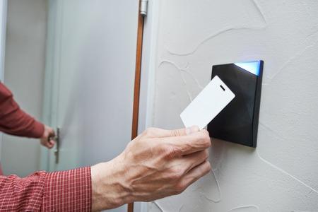 toegangscontrole: elektronische sleutel toegang tot het systeem om deuren te vergrendelen en ontgrendelen Stockfoto