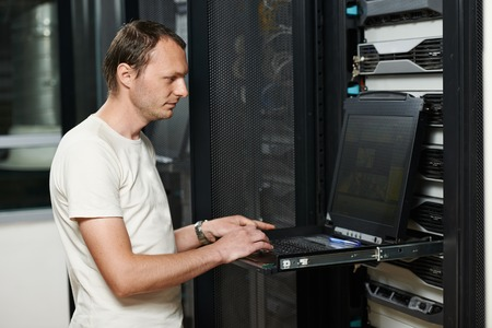 Ingénieur réseau travaillant dans la salle de serveur Banque d'images - 28668694
