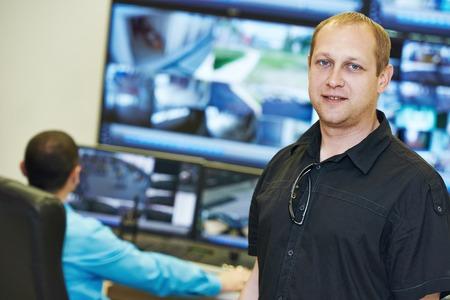 비디오 모니터링 감시 보안 시스템 앞의 보안 임원 수석