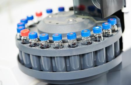 industria quimica: Frascos de laboratorio de primer plano con arrastrar la medicina farmacia en el cartucho. Shallow DOF Foto de archivo