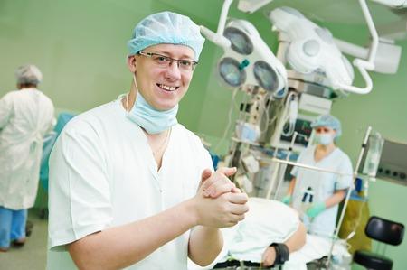 transplantation: An�sthesist Arzt in Uniform Vorbereitung Narkose An�sthesie w�hrend der Herztransplantation Betrieb bei der Herzchirurgie Klinik