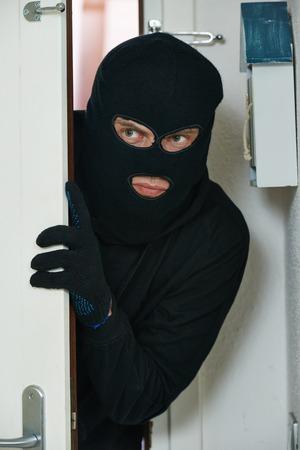 penetracion: Ladrón Ladrón de apertura de puertas durante la penetración casa rompiendo