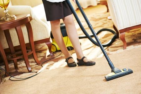 Hotelservice. weibliche Housekeeping Arbeiter mit Staubsauger im Zimmer-Wohnung Standard-Bild - 31104493