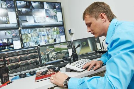 Garde de sécurité à regarder le système de sécurité de surveillance de surveillance vidéo Banque d'images - 31112065