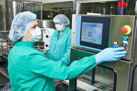 industrie: pharmazeutische Fabrik Frau Betriebsarbeiter Produktionslinie bei Pharmaindustrie Herstellung Fabrik
