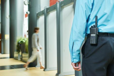 monitoreo: guardia de seguridad que controla la puerta de entrada de interior