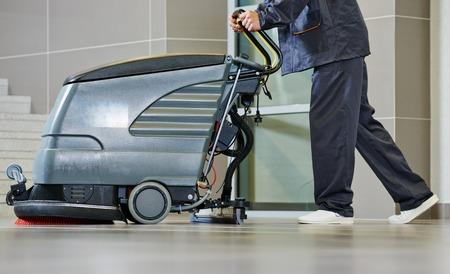 mujer limpiando: Servicios de cuidado de pisos y limpieza con lavadora en la tienda de supermercado tienda