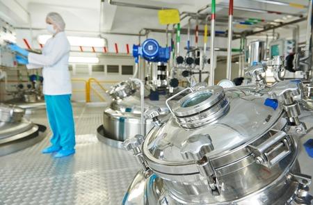 industrie: pharmazeutische Fabrik Ausrüstung Mischbehälter auf Produktionslinie in der Pharmazie-Industrie Herstellung Fabrik