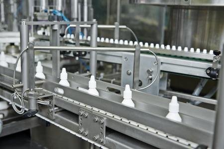 farmaceutische geneeskunde industriële productie lijn met plastic flessen voor vloeibare drugs Stockfoto