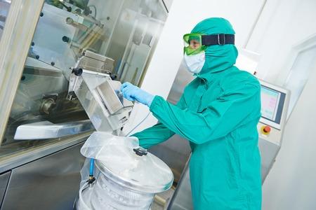 Mujer fábrica farmacéutica línea de producción de tabletas operativo trabajador en la farmacia fábrica de fabricación de la industria
