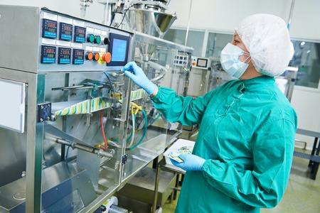 medicamentos: Mujer f�brica l�nea de producci�n farmac�utica operativo trabajador en la farmacia f�brica fabricaci�n industria Foto de archivo