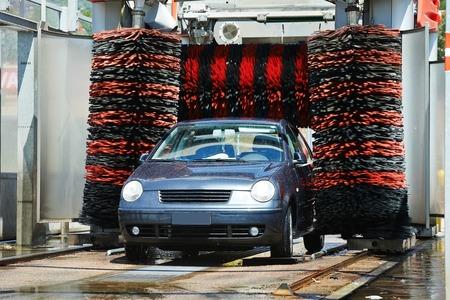 autolavaggio: lavaggio auto automatico e pulizia senza contatto nel sistema di lavaggio portale alla stazione di servizio