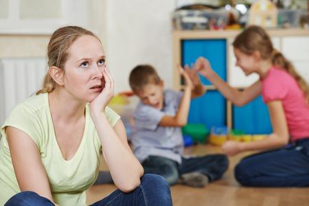 cansancio: madre agotada frustrado y molesto de comportamiento de los ni�os Foto de archivo