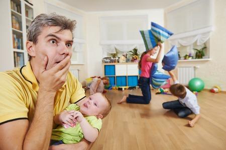 desperate: padres en el estado de confusión o estrés de los niños mal comportamiento modales Foto de archivo