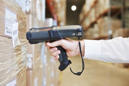 trabajador mano paquete de exploración hombre con escáner de código de barras almacén en almacén moderno