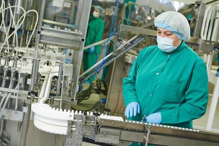 linea de produccion: Mujer f�brica l�nea de producci�n farmac�utica operativo trabajador en la farmacia f�brica fabricaci�n industria Foto de archivo