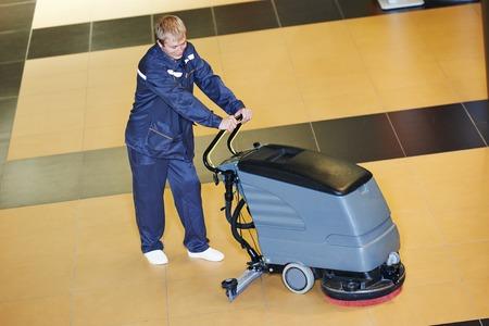 floor machine: Servicios de cuidado de pisos y limpieza con lavadora en la sala de centro de negocios Foto de archivo