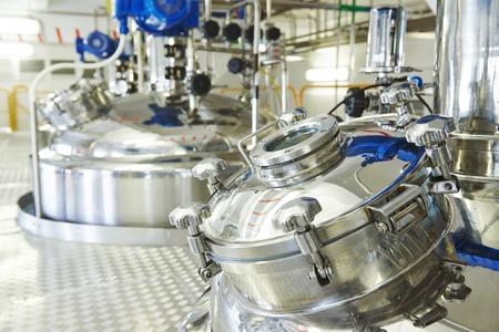 industria quimica: equipos farmac�uticos f�brica tanque de mezcla en l�nea de producci�n en la farmacia f�brica fabricaci�n industria