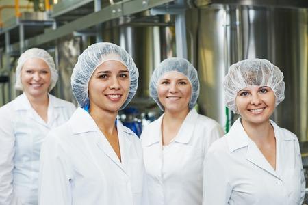 fabrikarbeiter: Portr�t der weiblichen pharmazeutischen Fabrikarbeiter in der Pharmazie-Industrie Herstellung Fabrik