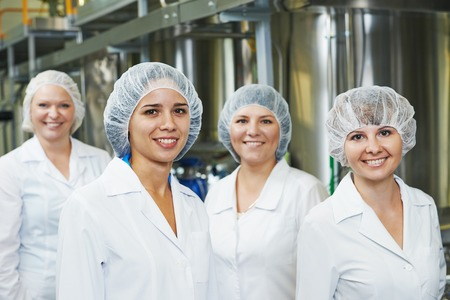 portret van vrouwelijke farmaceutische fabrieksarbeider in de farmacie-industrie productie in de fabriek Stockfoto