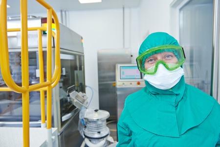 pharmaceutique travailleuse de l'usine à la ligne de production de comprimés en pharmacie usine de fabrication de l'industrie