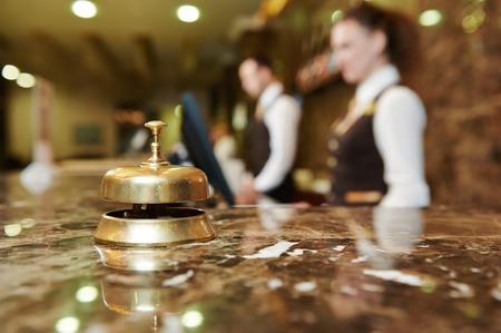 psací stůl: Moderní luxusní hotel recepce pult stůl se zvonem Reklamní fotografie