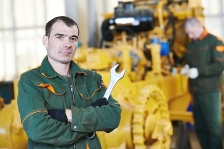 Trabajador industrial durante la maquinaria de la industria pesada montaje en taller de fabricación de la línea de producción en la fábrica Foto de archivo - 31777070