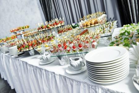 cateringové služby na pozadí s občerstvením na hosty stole v restauraci u události strany Reklamní fotografie
