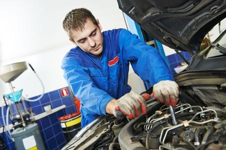 mantenimiento: industria automotriz reparador trabajador mecánico en reparación de automóviles coche o mantenimiento de estaciones de servicio de la tienda Foto de archivo