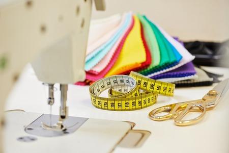 zigzagger: Tailor or sewing set. Cloth, machine, scissors, measure tape