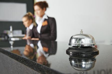 hotel reception: Moderne Luxushotel Empfangstresen Schreibtisch mit Glocke Lizenzfreie Bilder