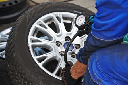 Cheking luchtdruk in de auto-auto wiel na band montage of band wordt vervangen voor het type winter Stockfoto - 33211364