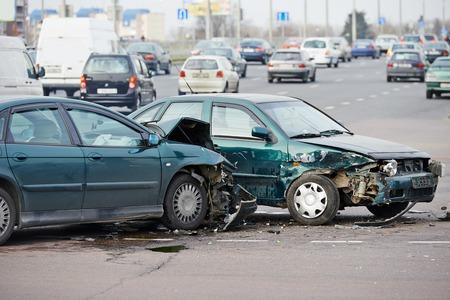 car: accidente de coche accidente en la calle, coches dañados después de la colisión en la ciudad