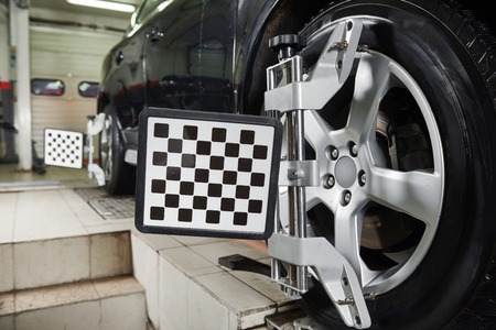 alineaci�n: Ruedas de coche de Autom�viles con abrazadera m�quina alineamiento computarizado Foto de archivo