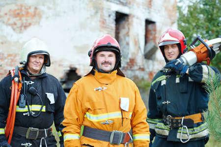 voiture de pompiers: �quipage pompier en uniforme devant la machine de camion de pompiers et l'�quipe de pompier