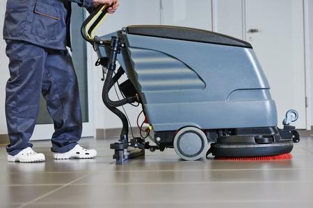 suelos: Servicios de cuidado de pisos y limpieza con lavadora en la tienda de supermercado tienda