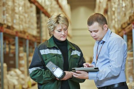 patron: gerente y trabajador en almacén con escáner de código de barras
