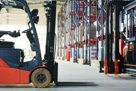 vorkheftrucklader pallet stapelaar apparatuur in het magazijn, Stockfoto