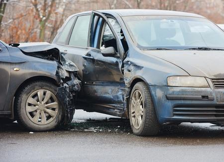 Crash accident automobile sur la rue, voitures endommagées après la collision dans la ville Banque d'images - 34774682