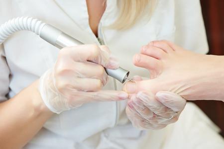 pedicura: Procedimiento de u�as pedicura para el cuidado del pie en el sal�n de belleza Foto de archivo