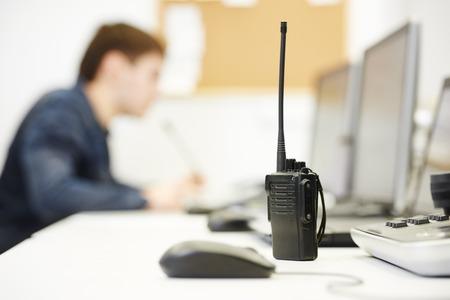 monitorización de vídeo equipos del sistema de vigilancia de seguridad con el transmisor de radio portátil Foto de archivo