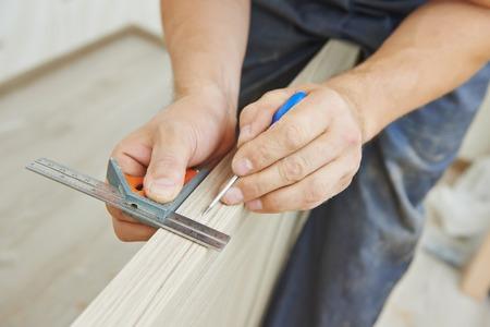 Close-up timmerman proces van houten deur markering voor slotenmaker installatie Stockfoto