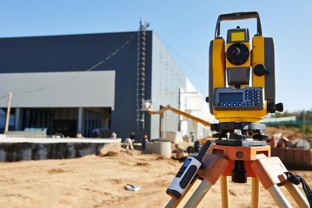 theodolite: Surveyor tacheometer equipo o al aire libre teodolito en el sitio de construcci�n Foto de archivo