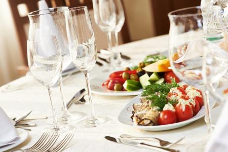 Servizi di ristorazione sfondo con snack e bicchieri di vino sul bancone barista in ristorante Archivio Fotografico - 36779473