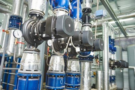 Nahaufnahme von Manometer, Rohre und Wasserhahn Armaturen von Gasheizungsanlage in einem Heizraum