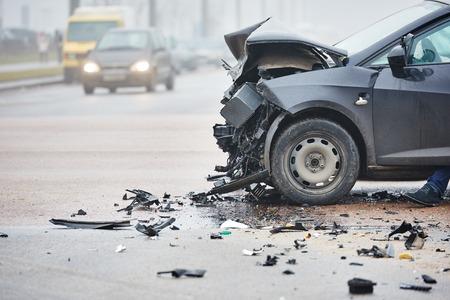 catastroph�: crash accident de voiture sur la rue, les voitures endommag�es apr�s la collision dans la ville Banque d'images