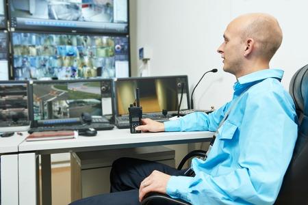 control panel: guardia de seguridad viendo el video del sistema de vigilancia de seguridad de vigilancia
